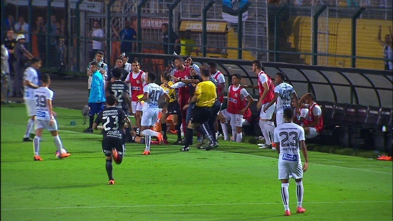 Romero dá carrinho para evitar saída pela lateral e jogador do banco atinge paraguaio