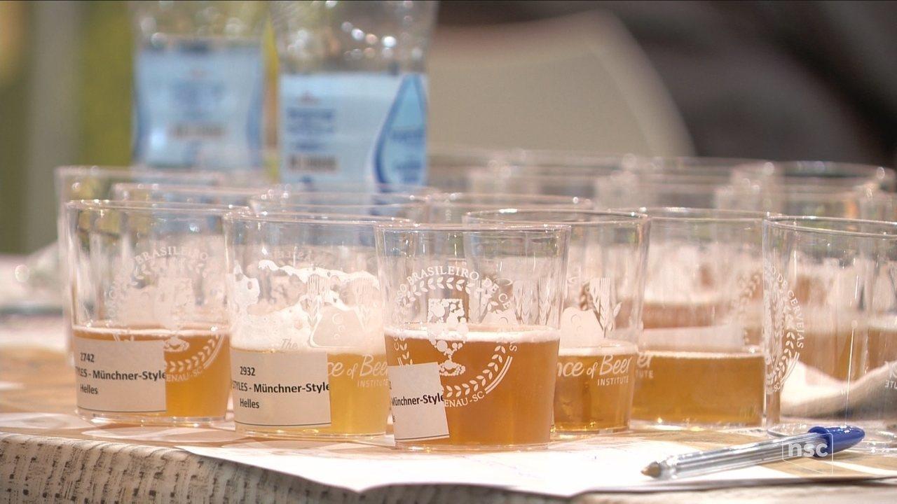 Jurados avaliam quase três mil rótulos no Concurso Brasileiro de Cervejas em Blumenau