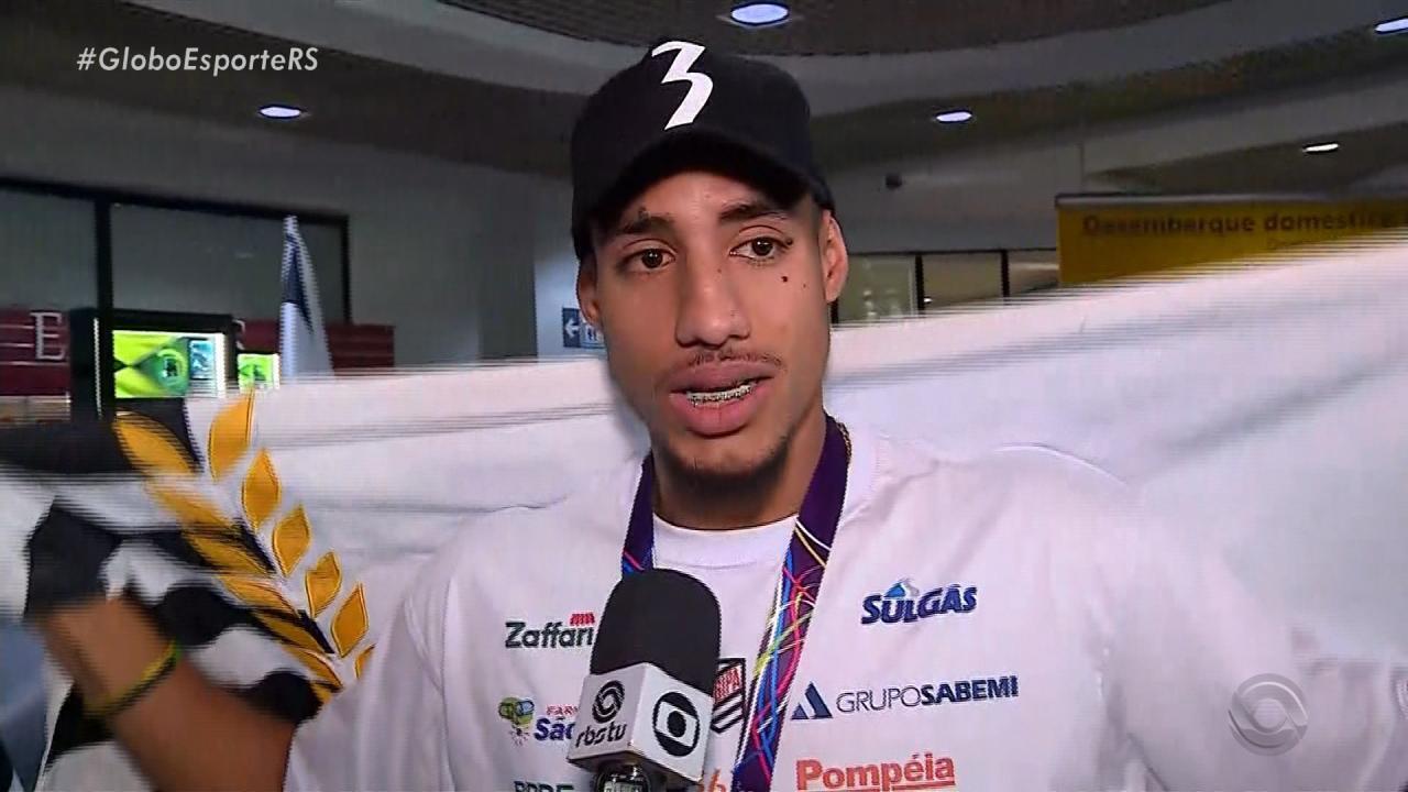Almir Júnior chega no Brasil após ganhar medalha na Inglaterra