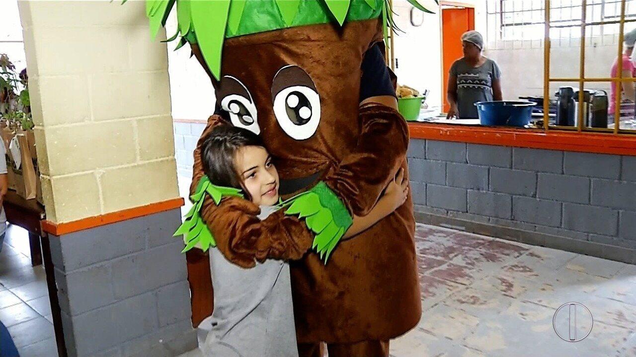 Projeto cidade verde em Nova Friburgo, RJ, visita escola de Conquista