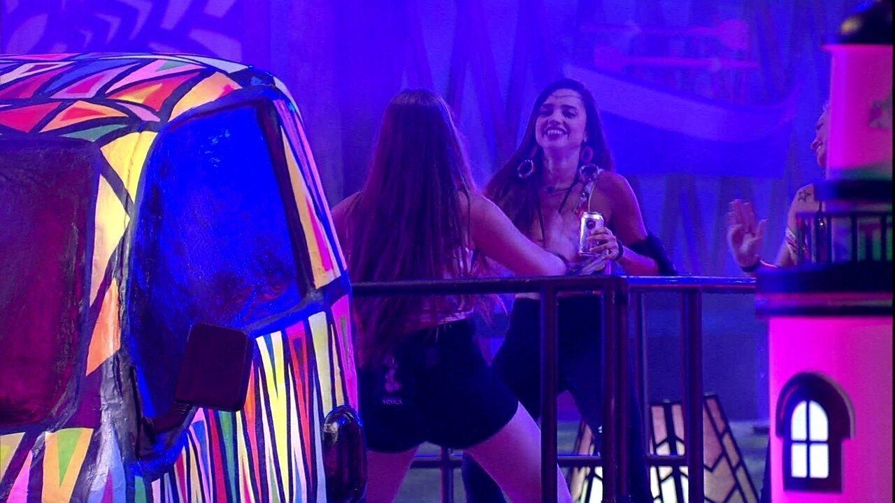 Paula e Patrícia dançam juntas na Festa Axé