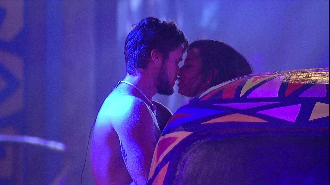 Breno e Paula trocam carinhos durante Festa Axé