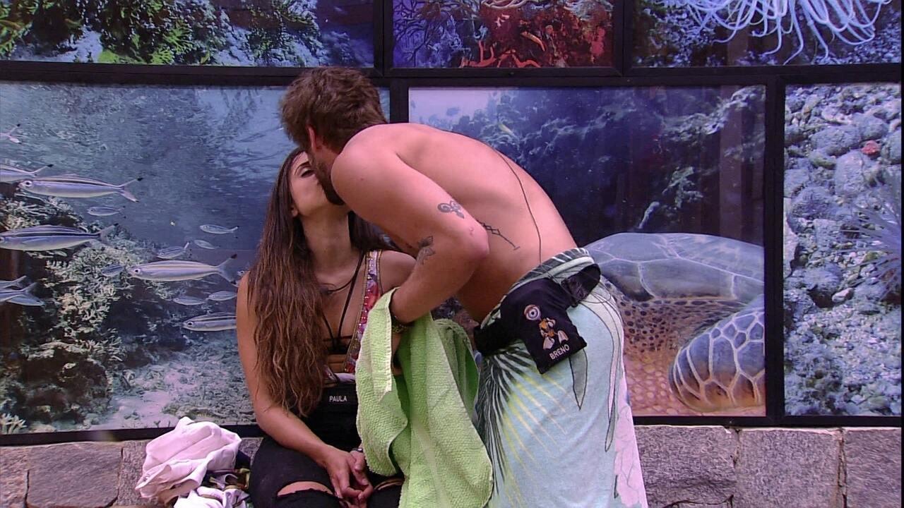 Paula coloca mão perto da cintura de Breno e brother rouba beijo da sister
