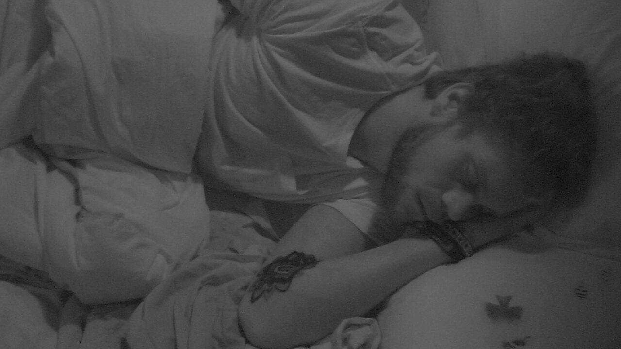 Breno dorme no Quarto Submarino, enquanto Paula e Ana Clara conversam na cozinha