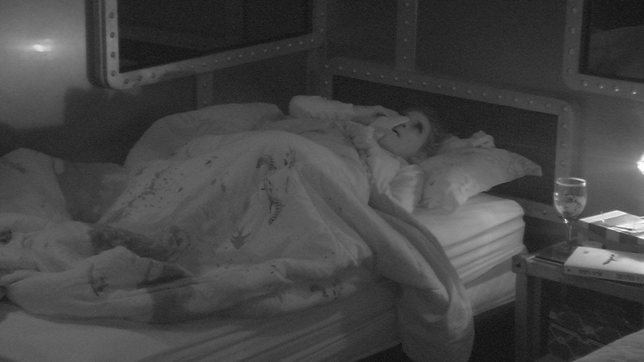 Ana Clara chora sozinha no Quarto Submarino