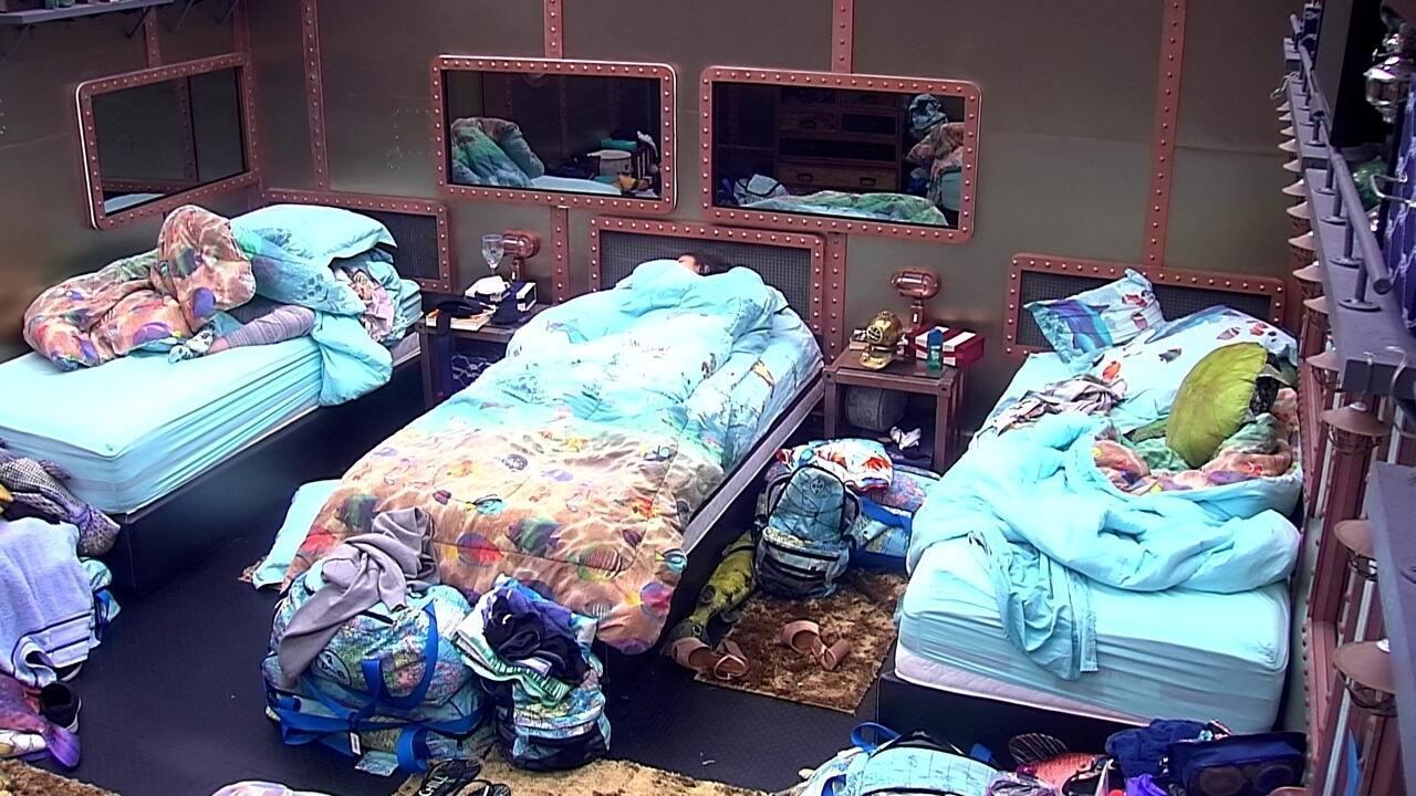 Breno, Paula e Ana Clara seguem dormindo no Quarto Submarino