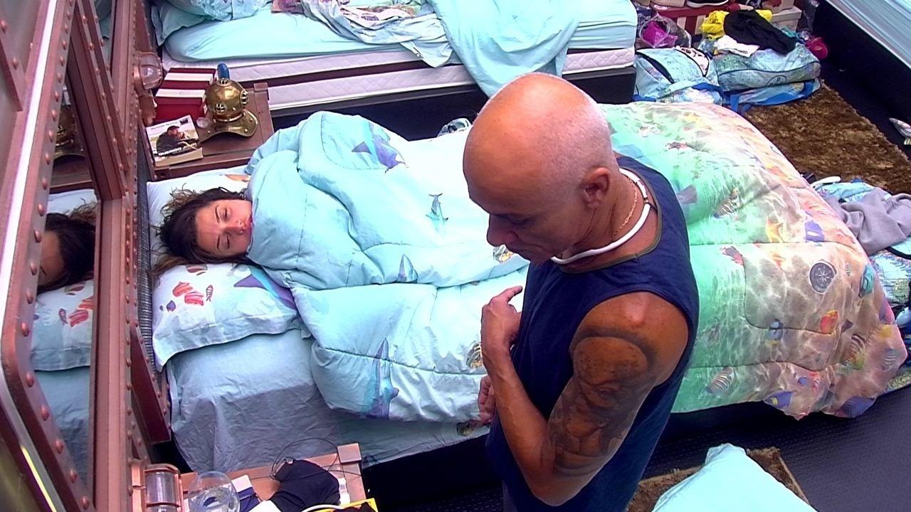 Ayrton alerta Paula e Ana Clara: 'Vocês querem um conselho?'