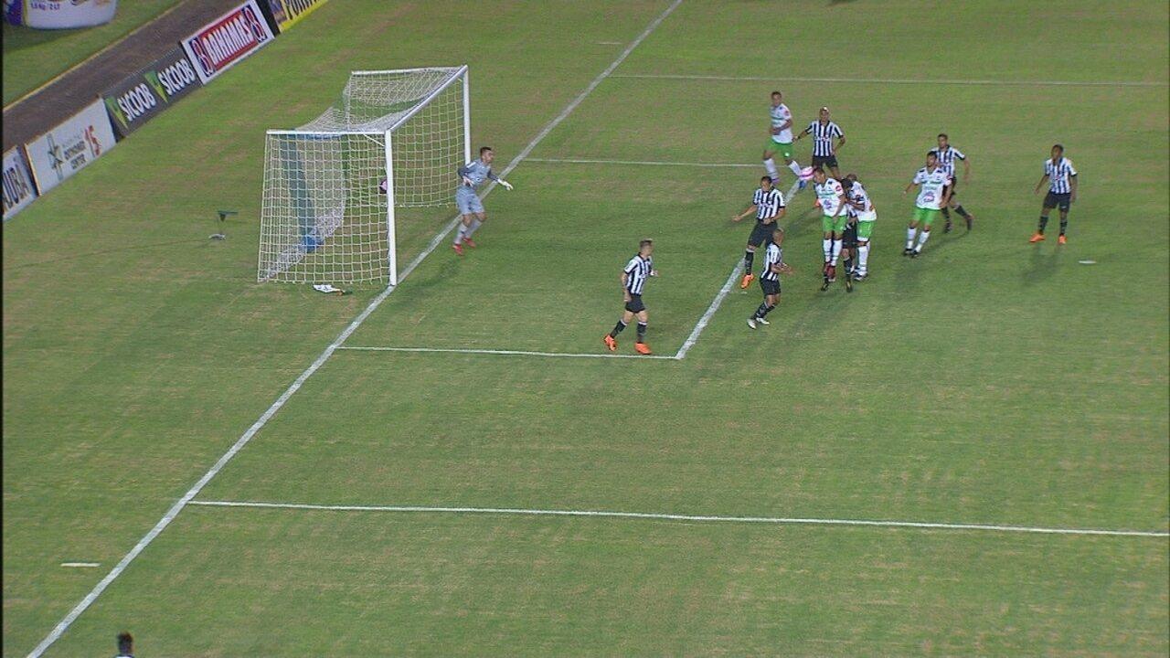 Anulou! Daniel Pereira testa para o gol, mas bandeira dá impedimento, aos 9 do 1º tempo