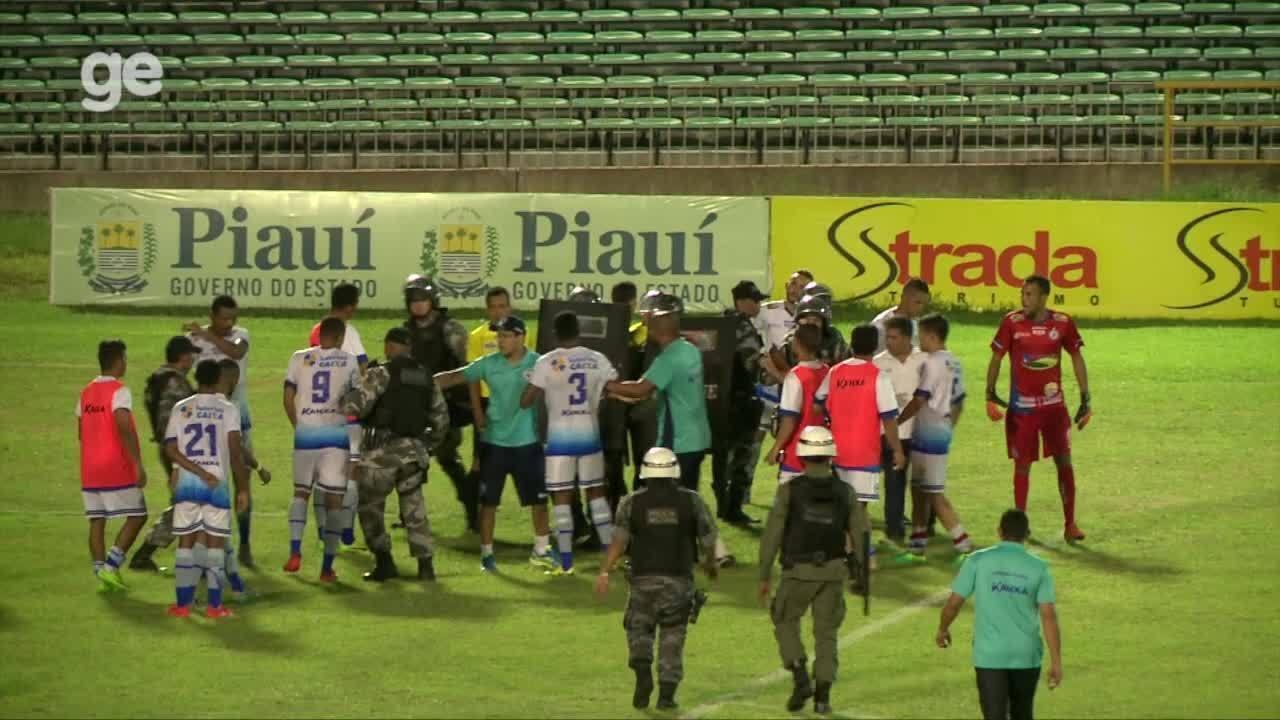 Jogadores e comissão do Parnahyba cercam o árbitro, que expulsa três; PM entra em campo