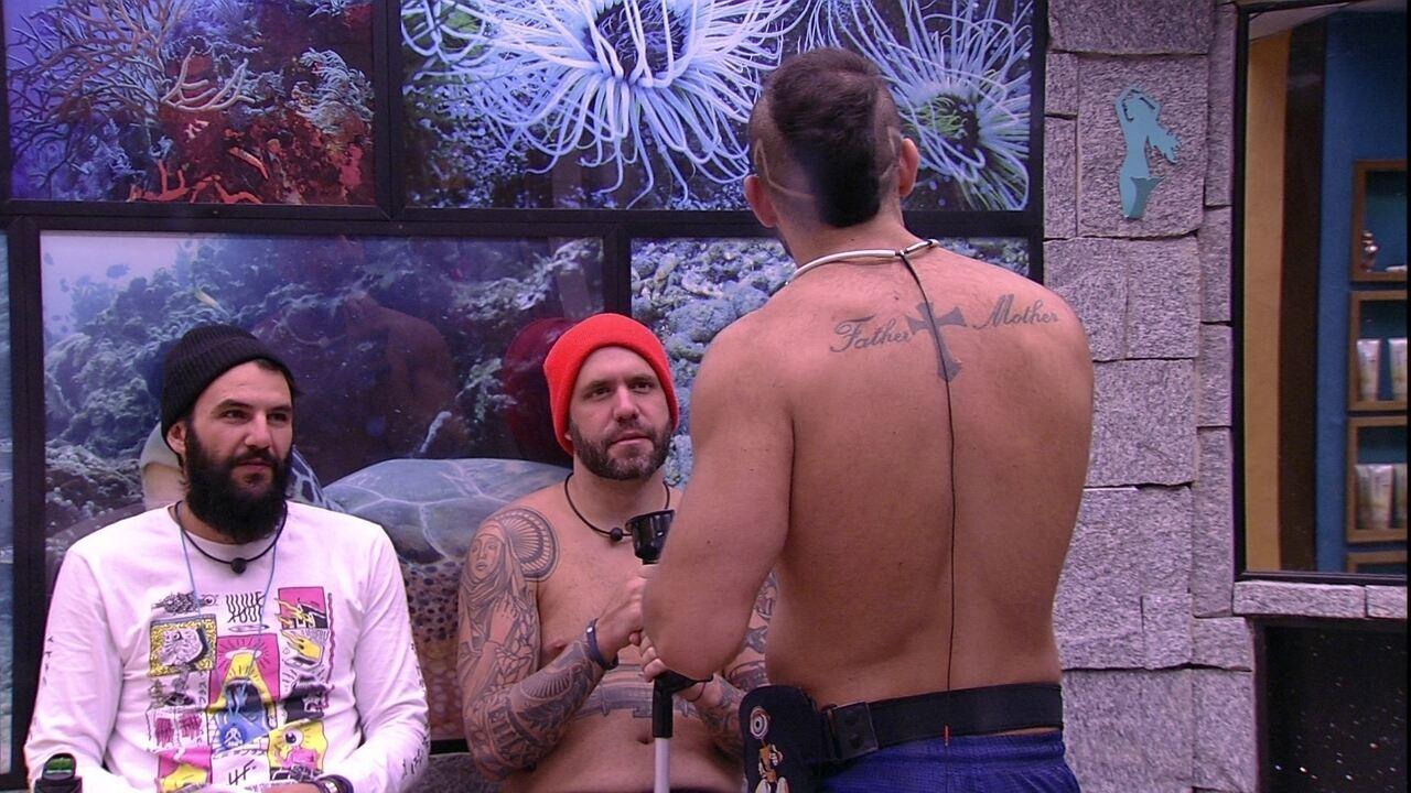 Kaysar pergunta a Caruso se deve mudar a barba e ouve: 'Fica quieto'