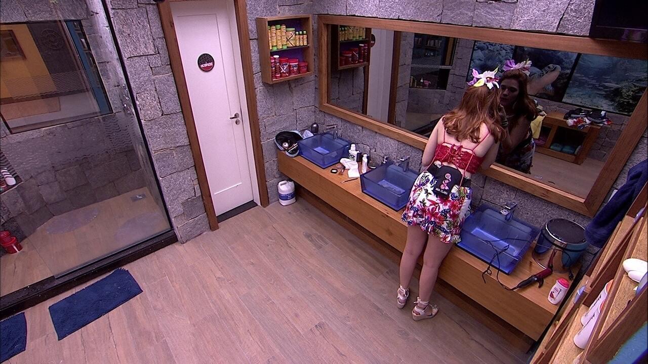 Ana Clara arruma o cabelo no banheiro
