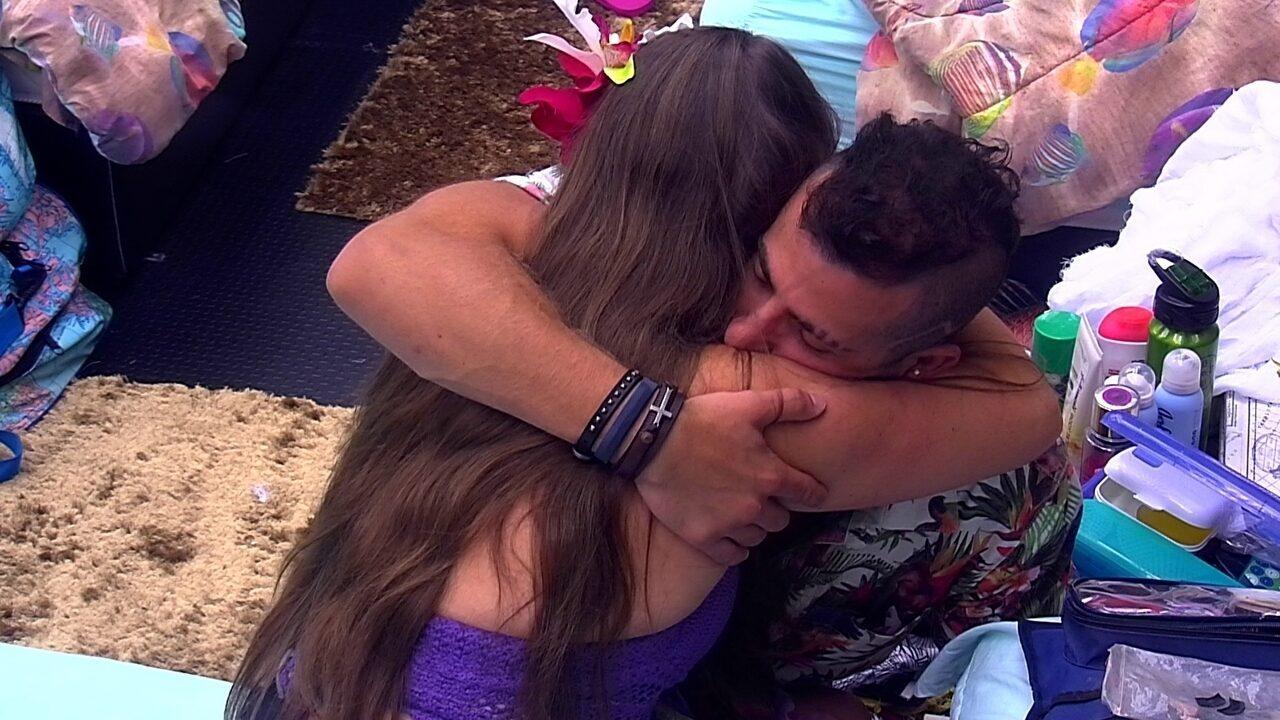 Patrícia chora abraçada a Kaysar
