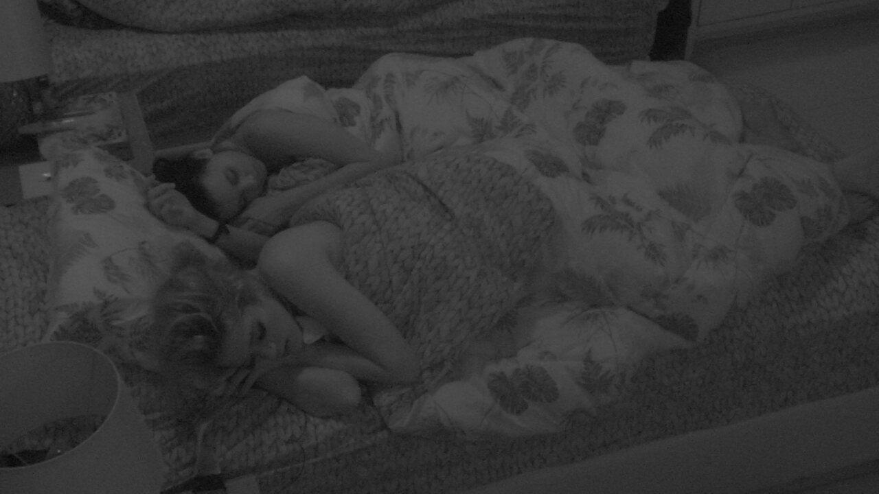 Ana Clara e Gleici dormem juntas no Quarto Tropical