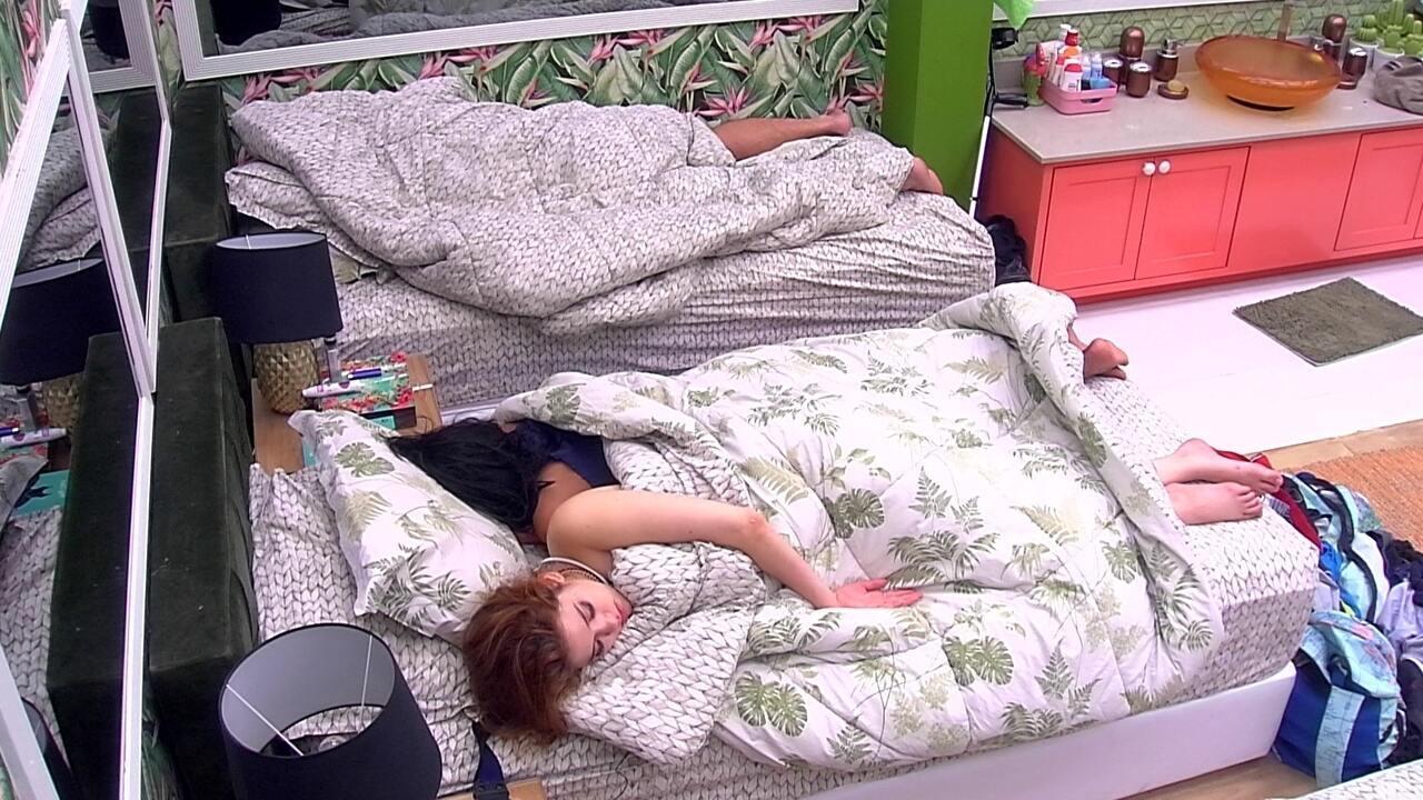 Gleici e Ana Clara dormem juntas no Quarto Tropical