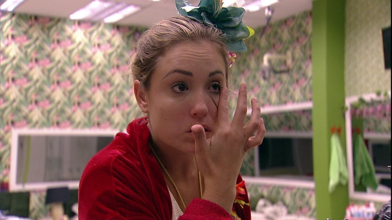 Jéssica passa maquiagem antes do Raio-X