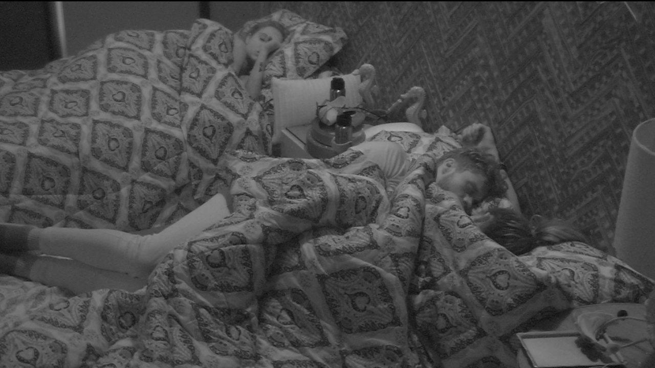 Depois de movimentarem o edredom, Paula e Breno dormem no Bangalô do Líder