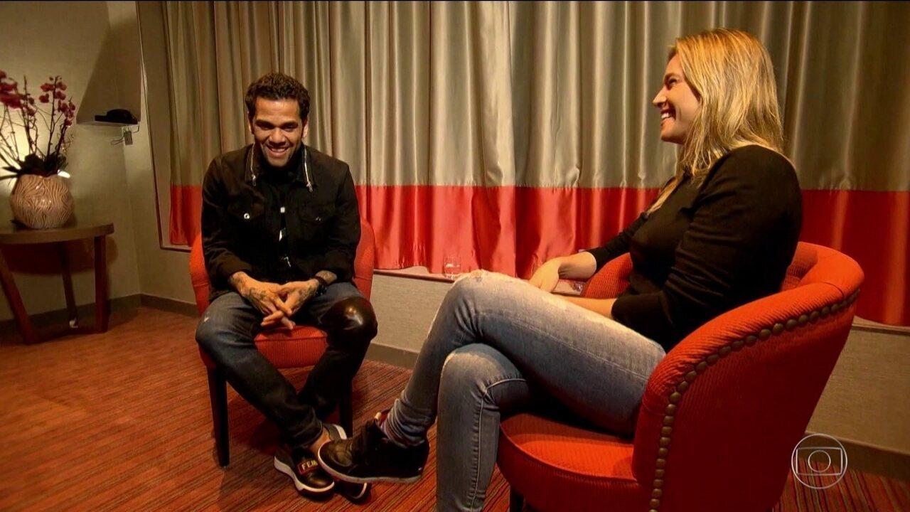 Fernanda Gentil bate papo sincero com Daniel Alves em Paris