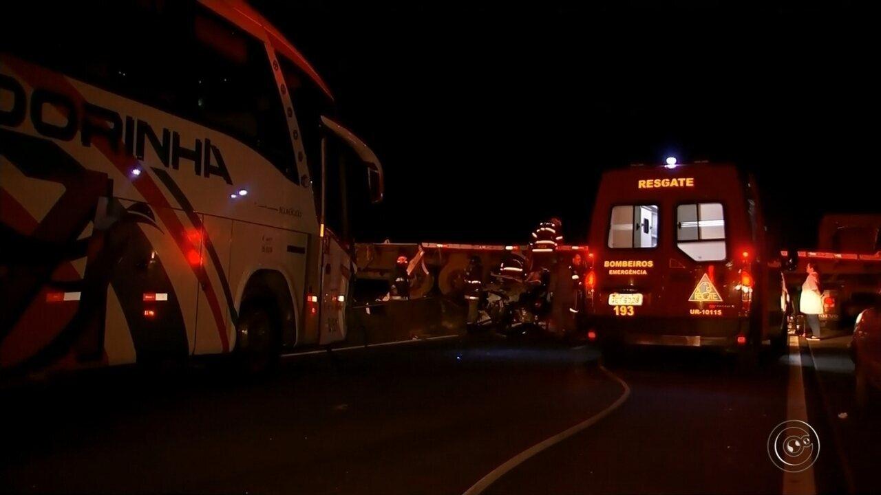 Acidente entre ônibus, carro e carreta deixa criança morta e feridos graves em Marília