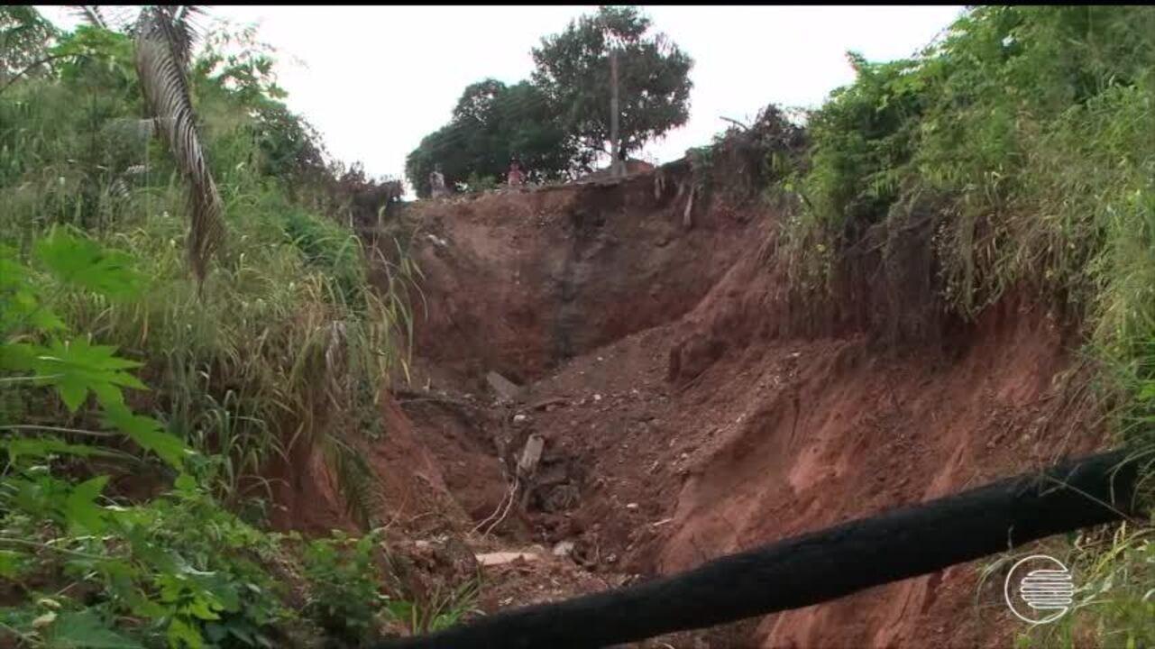 Cratera que se formou após rua ceder ameaça casas e moradores da zona Sul estão assustados