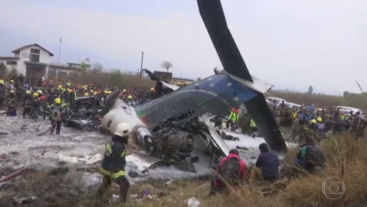 Avião cai perto de Katmandu, capital do Nepal, e deixa ao menos 50 mortos