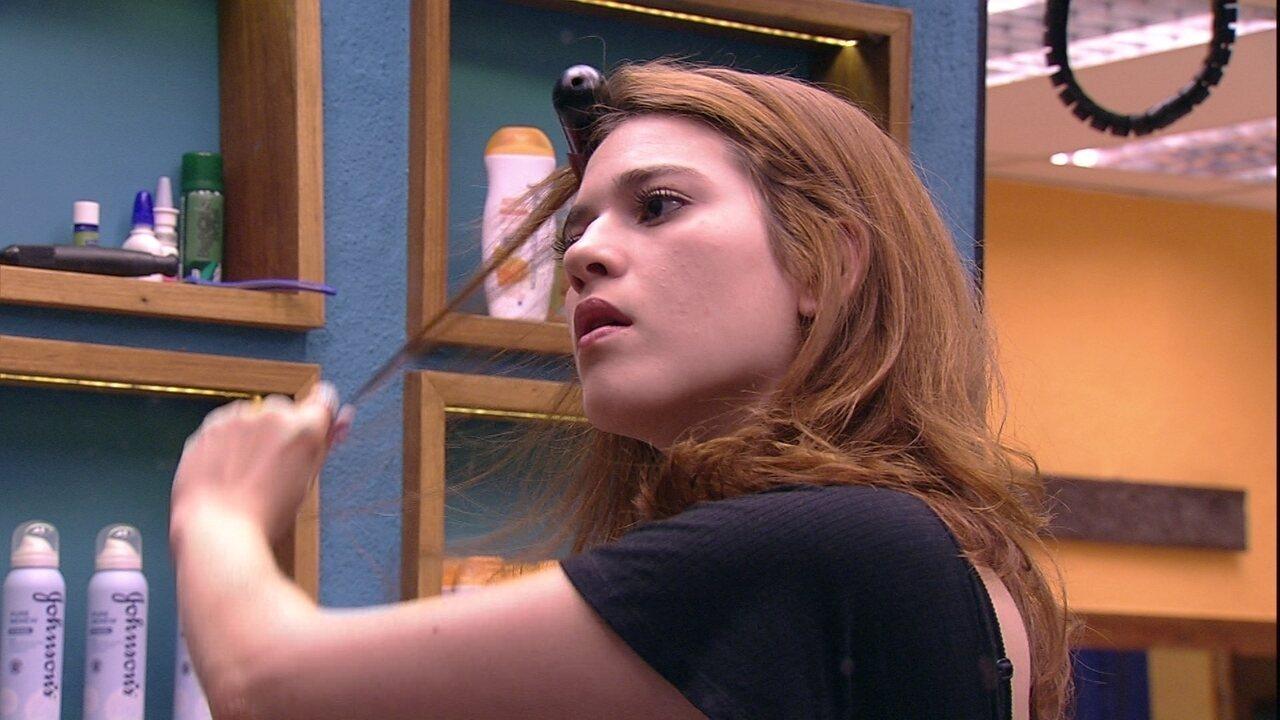 Ana Clara arruma os cabelos e Gleici faz maquiagem