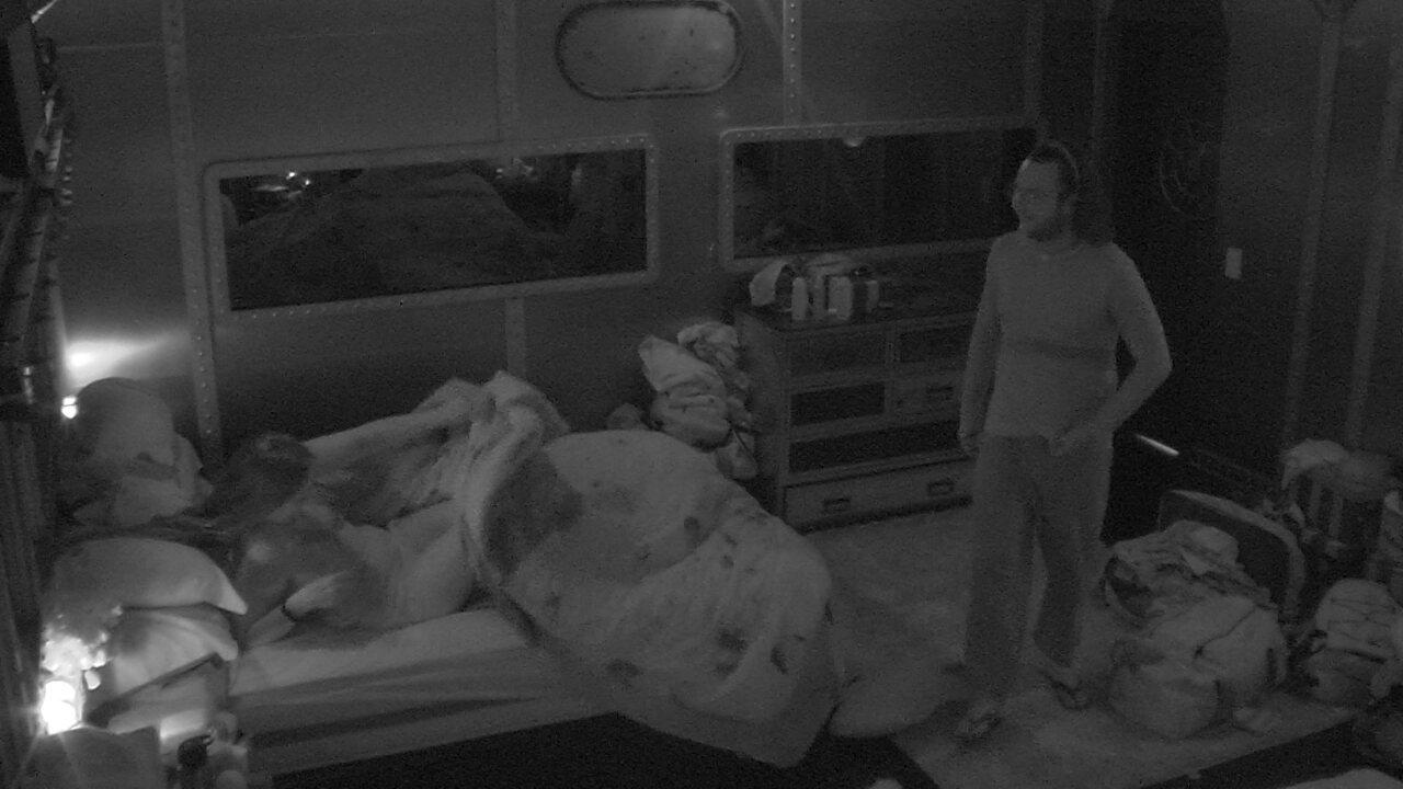 Diego pede para Patrícia trocar de cama para pregar peça em Kaysar