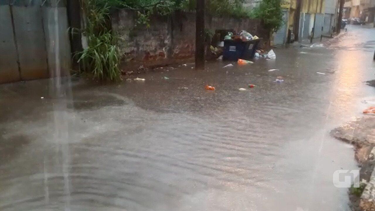 Chuva alaga rua no bairro de águas Claras, em Salvador