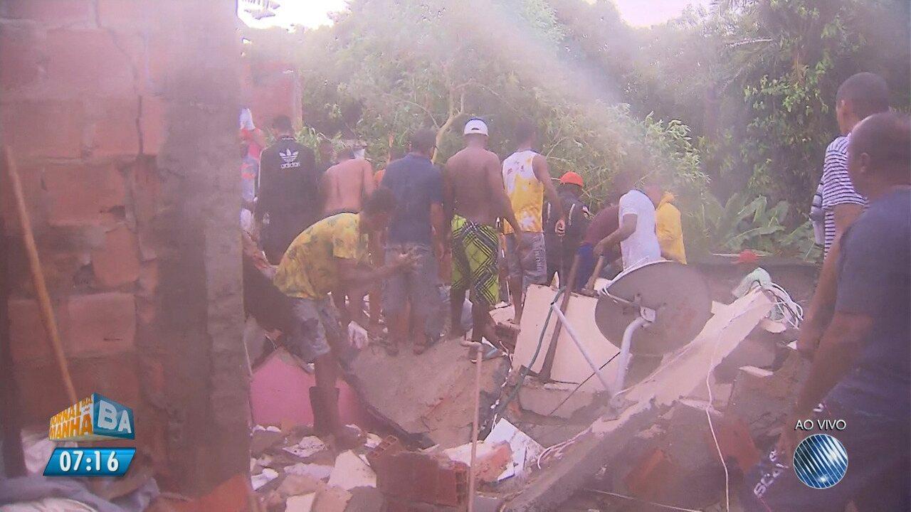 Prédio desaba e deixa pessoas soterradas no Alto de São João, em Pituaçu