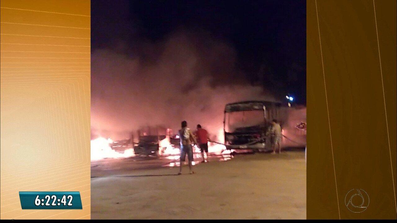 Ônibus pegam fogo em garagem de prefeitura do sertão