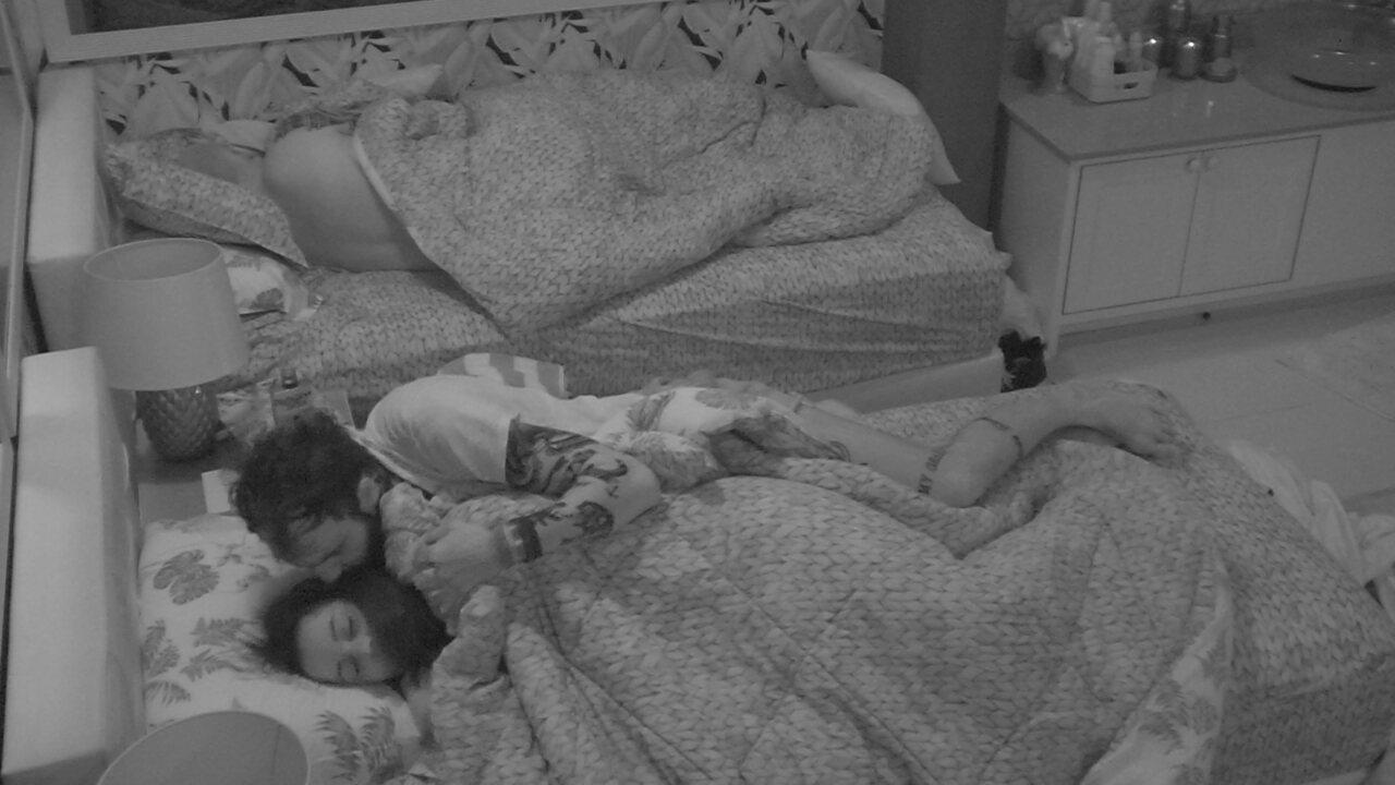 Wagner acorda, dá beijo no rosto de Gleici e vai para sua cama