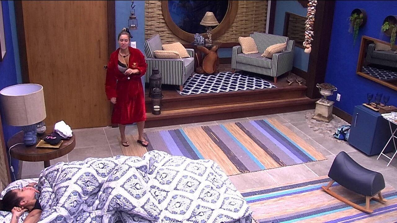 Jéssica tenta acordar Paula no Bangalô do Líder