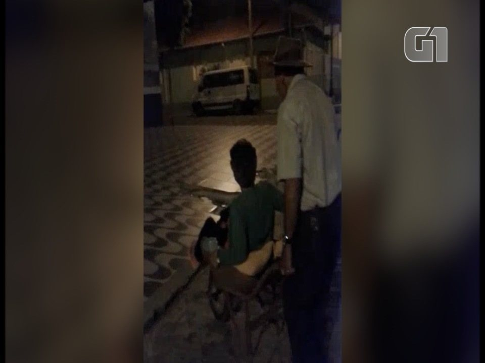 Com pé quebrado, idosa improvisa transporte em carrinho de mão