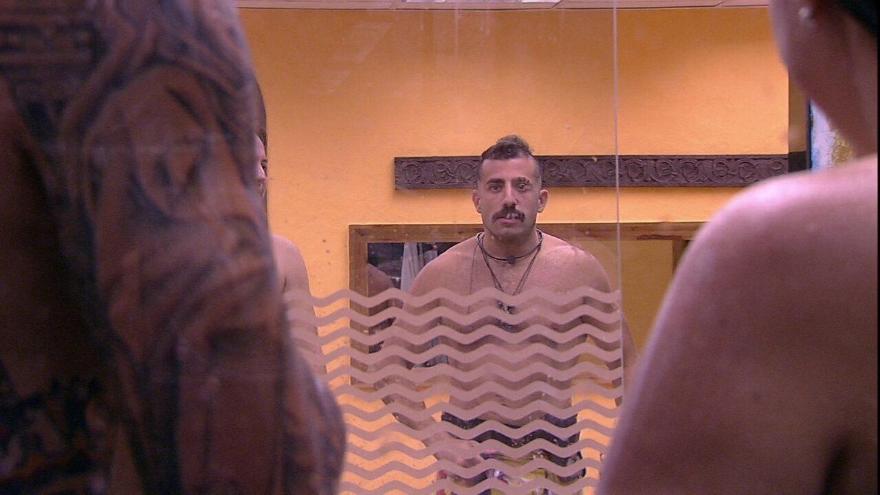 Caruso chama Kaysar para ver banho com Patrícia e sírio reage jogando espuma de barbear