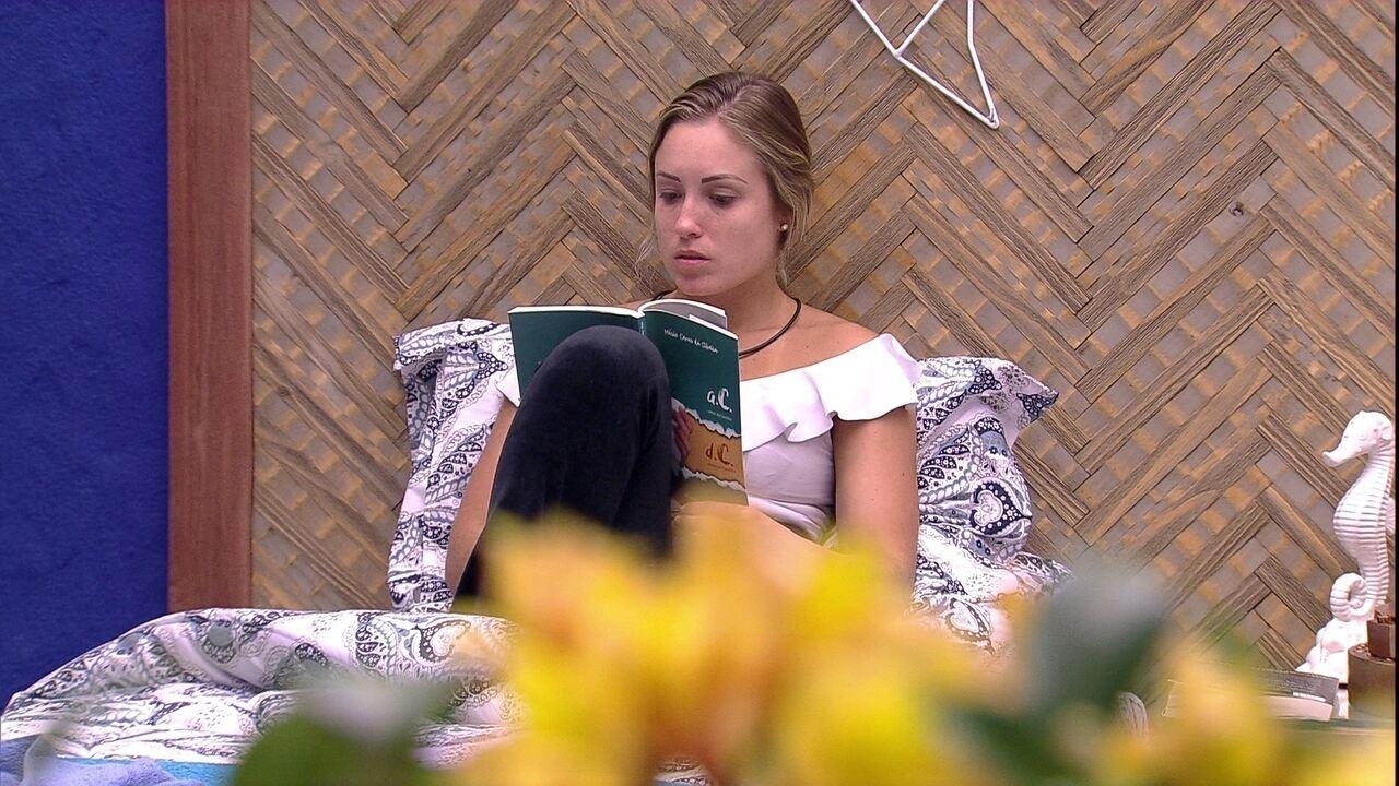 Jéssica lê enquanto Paula dorme no Bangalô do Líder