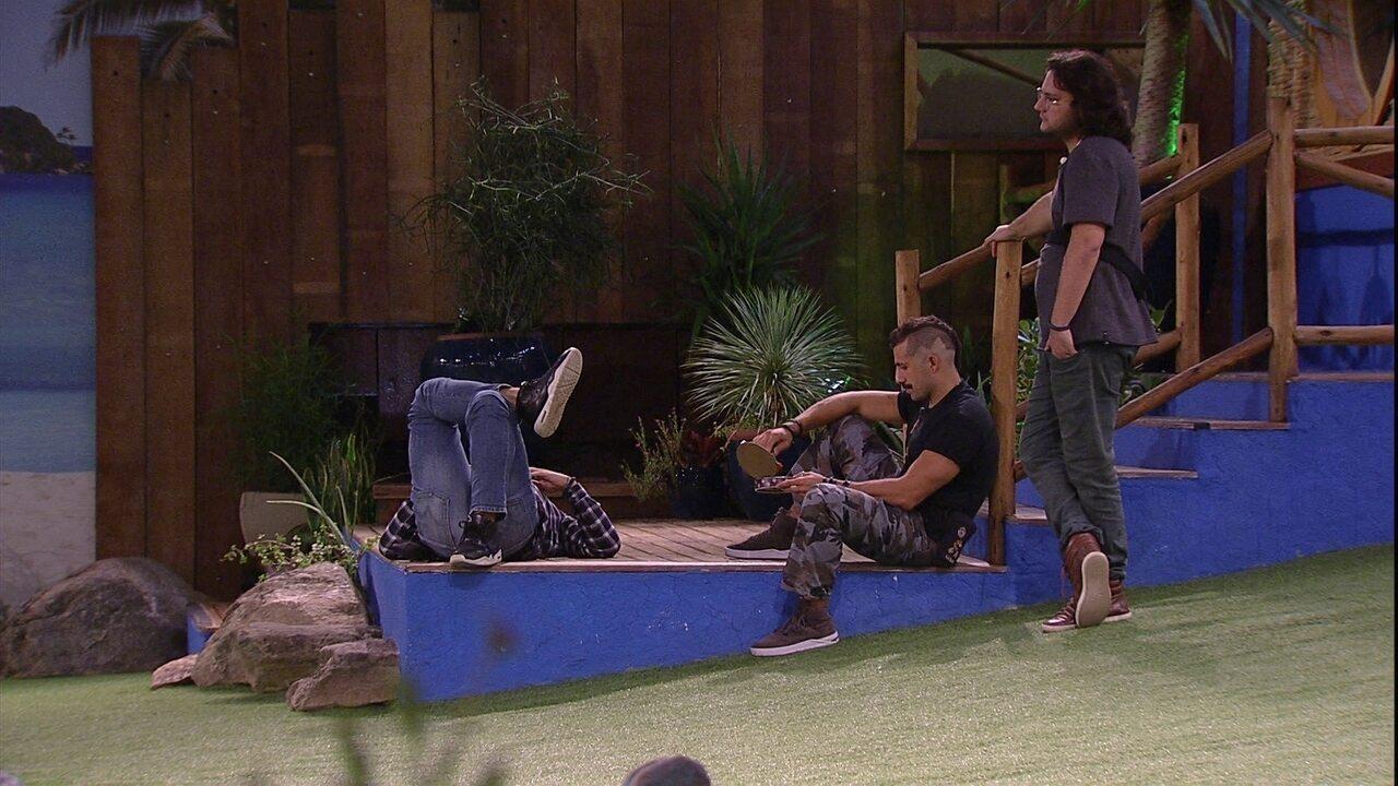 Caruso e Diego ficam pensativos e Kaysar come goiabada no gramado