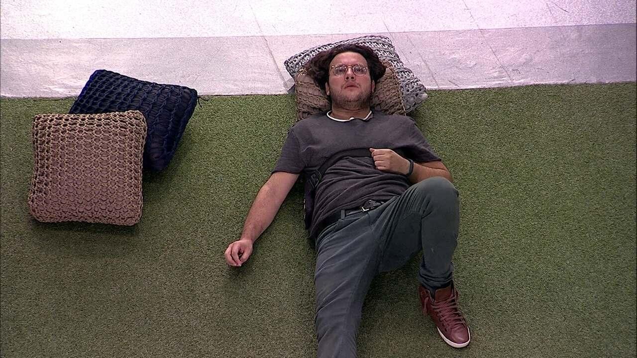 Diego se isola e deita no gramado após a Eliminação de Patrícia