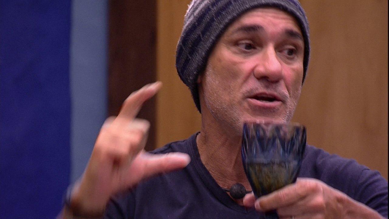 Ayrton afirma que eles são um sexteto, e Paula rebate: 'Cada um por si'