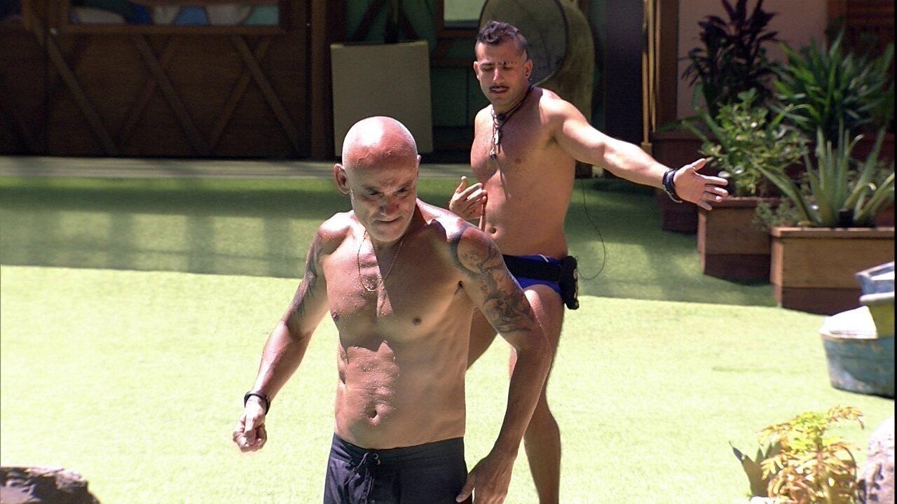 Ayrton e Kaysar dançam 'Robocop Gay' no gramado