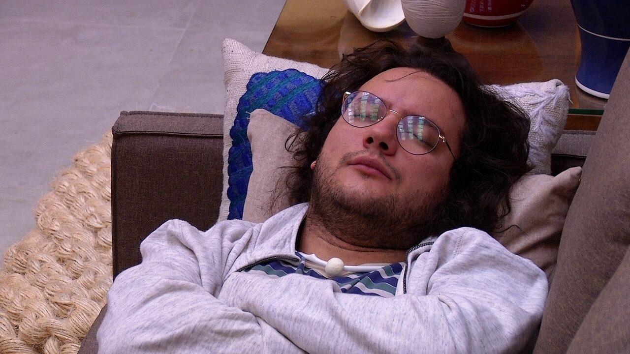 Diego relaxa no sofá