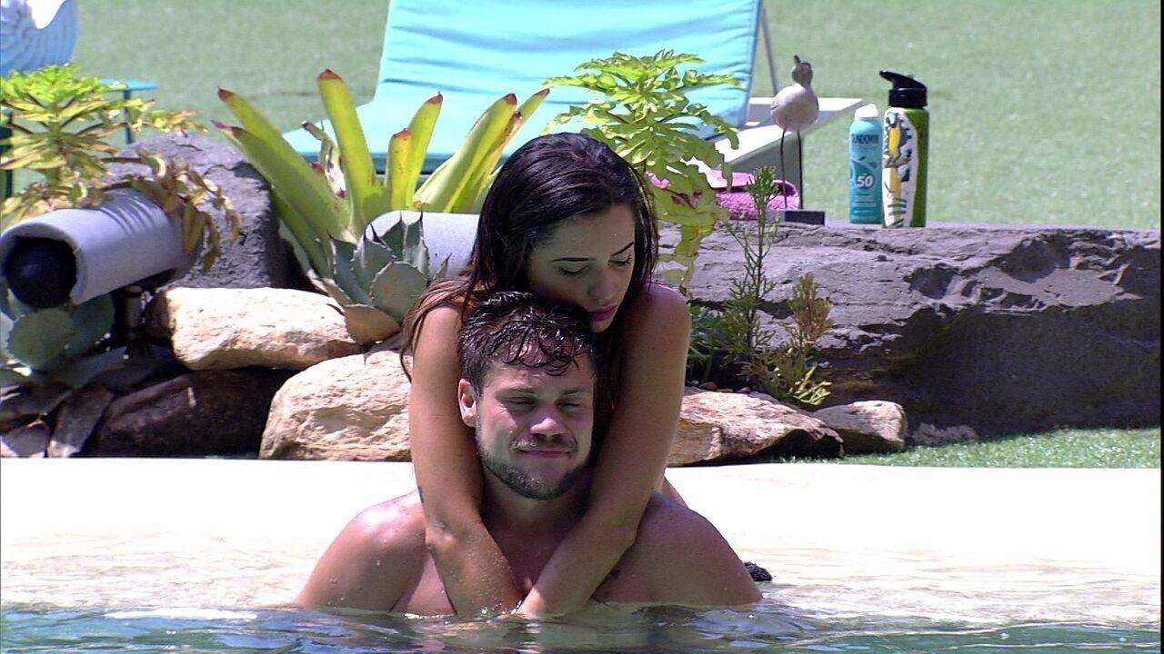 Paula faz carinho em Breno na piscina