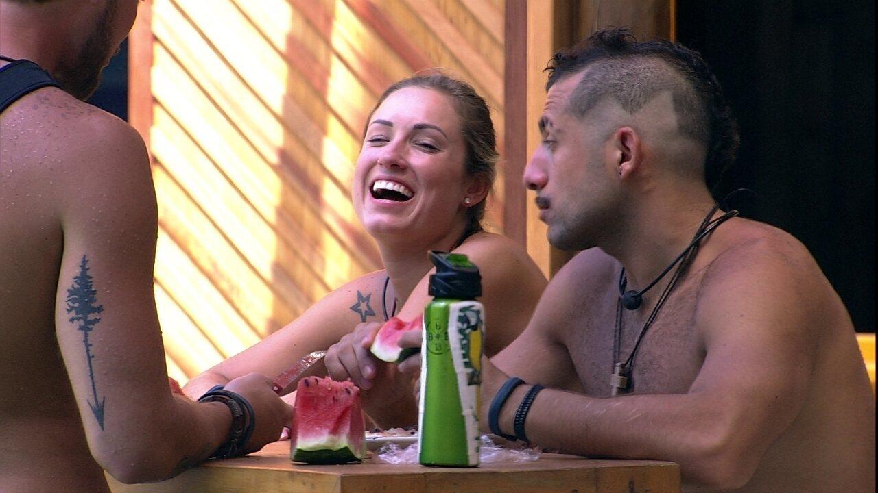 Jéssica avisa para Breno e Kaysar: 'Vocês acham que me viram paquerar'