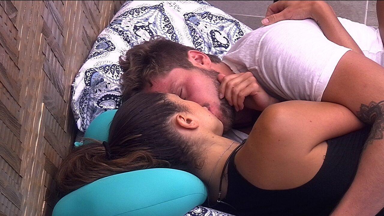 Paula e Breno se beijam e sister declara: 'Gostoso'