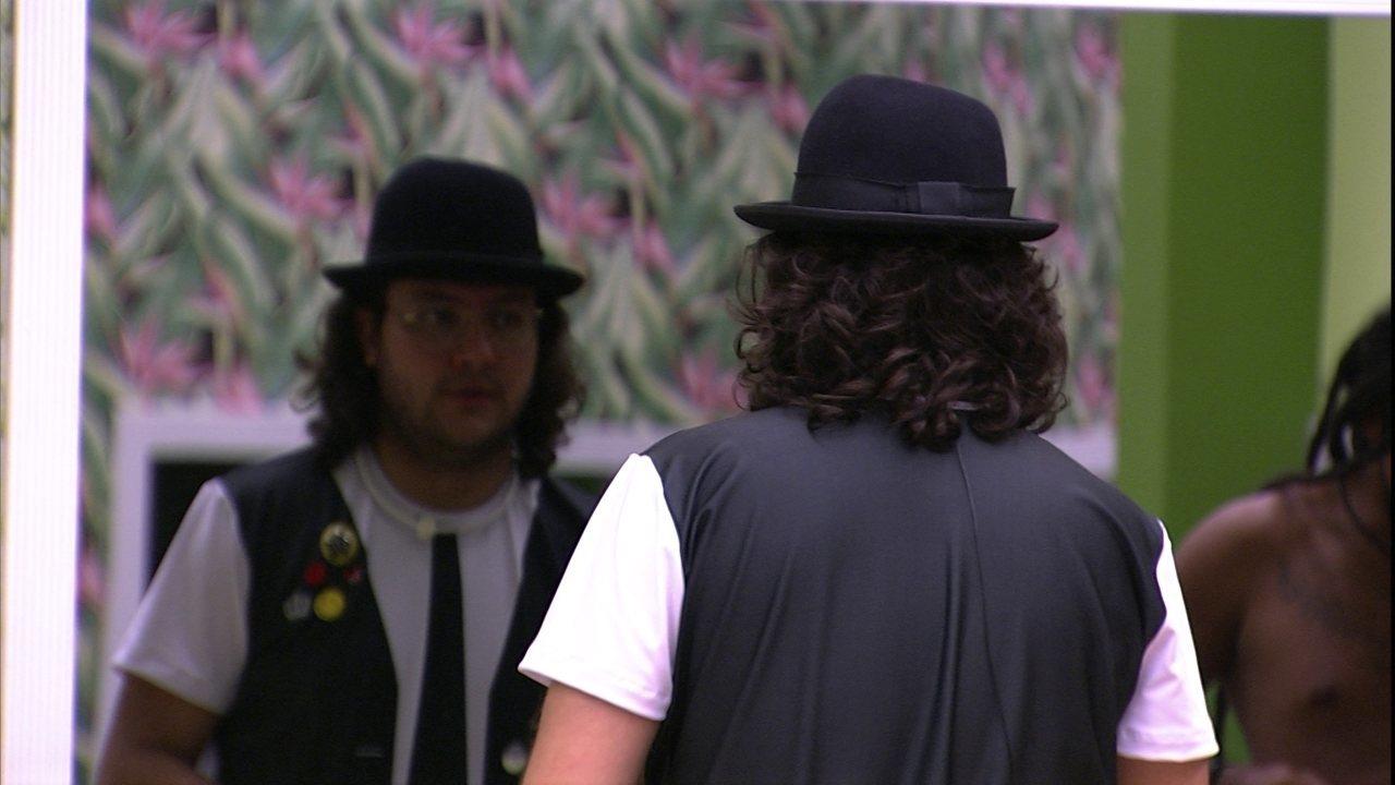 Diego elogia figurino da festa: 'Tão legal a roupa'