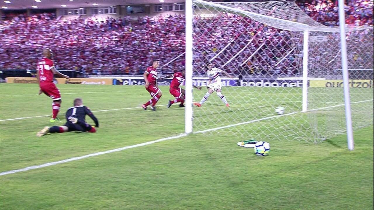 Juninho Potiguar não ajudou na marcação, Juliano ficou em dúvida e Diego levou bola nas costas