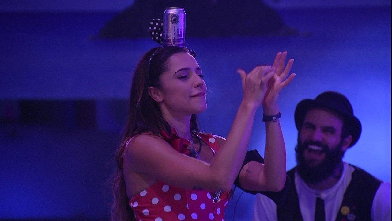 Paula equilibra e dança com lata na cabeça