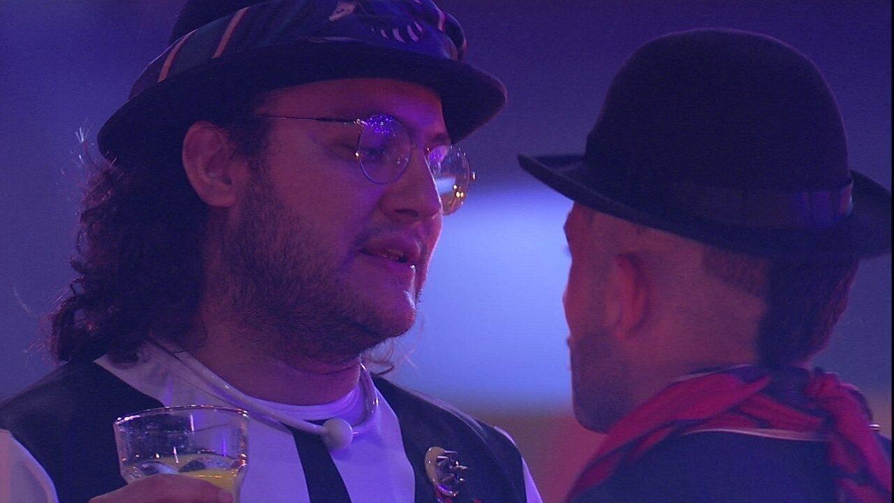Diego ouve 'Balada do Louco' e diz para Kaysar: 'Essa é tua música'