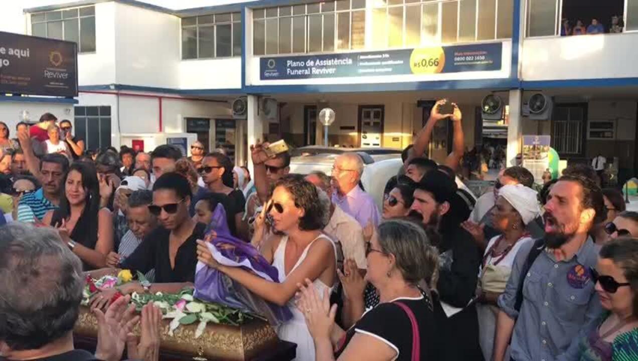 Amigos e parentes se protestam antes do enterro de Marielle Franco