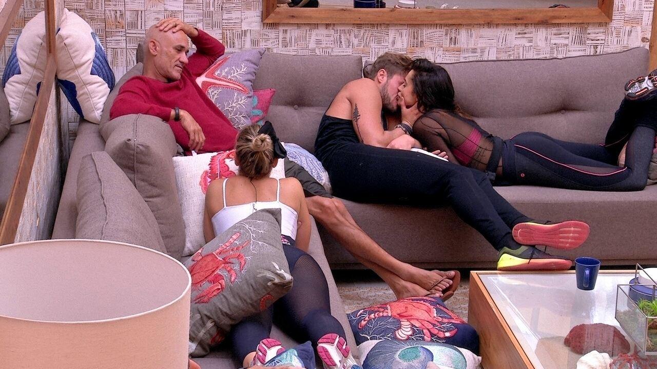 Ayrton atrapalha beijo de Paula e Breno e sister ri