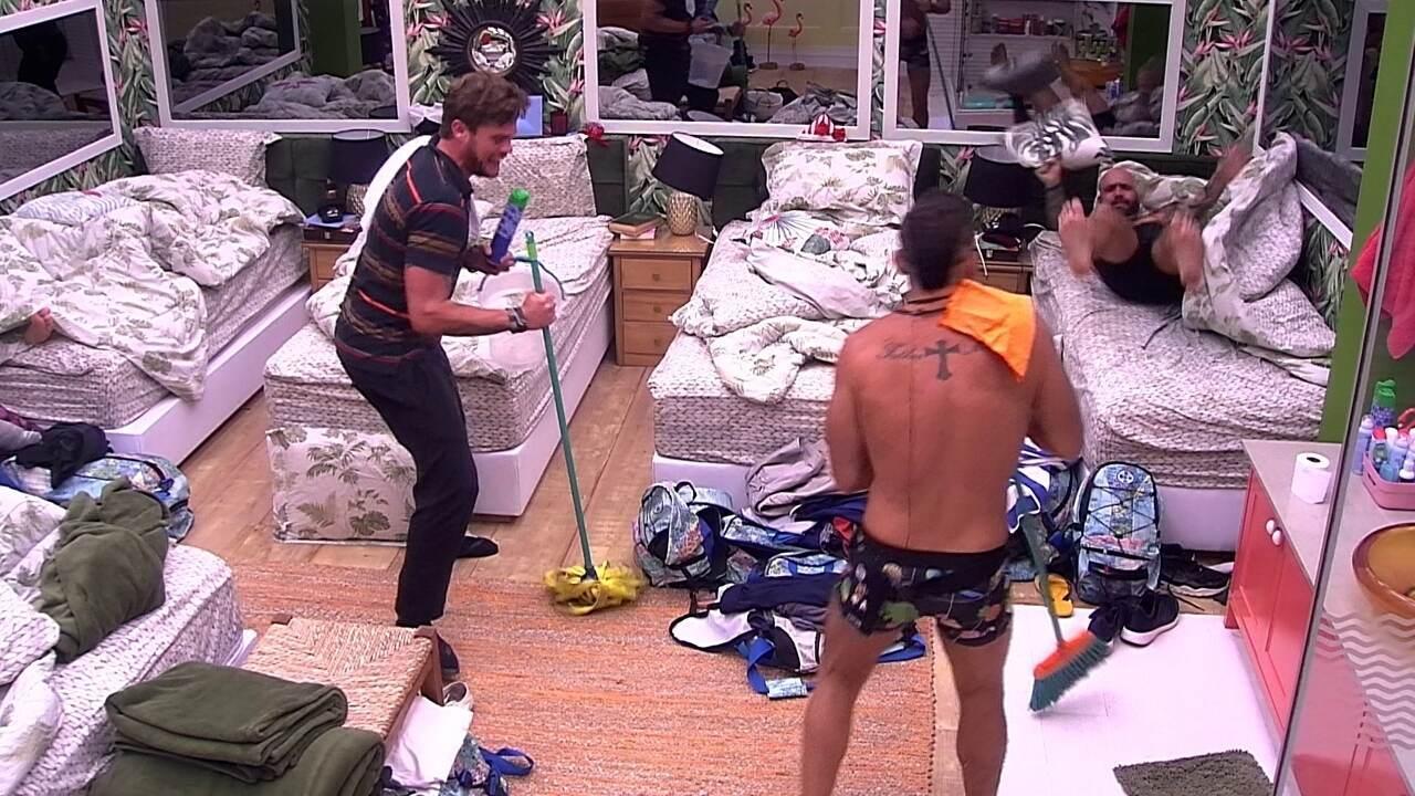 Breno e Kaysar resolvem limpar o quarto para brincar com Caruso e Viegas