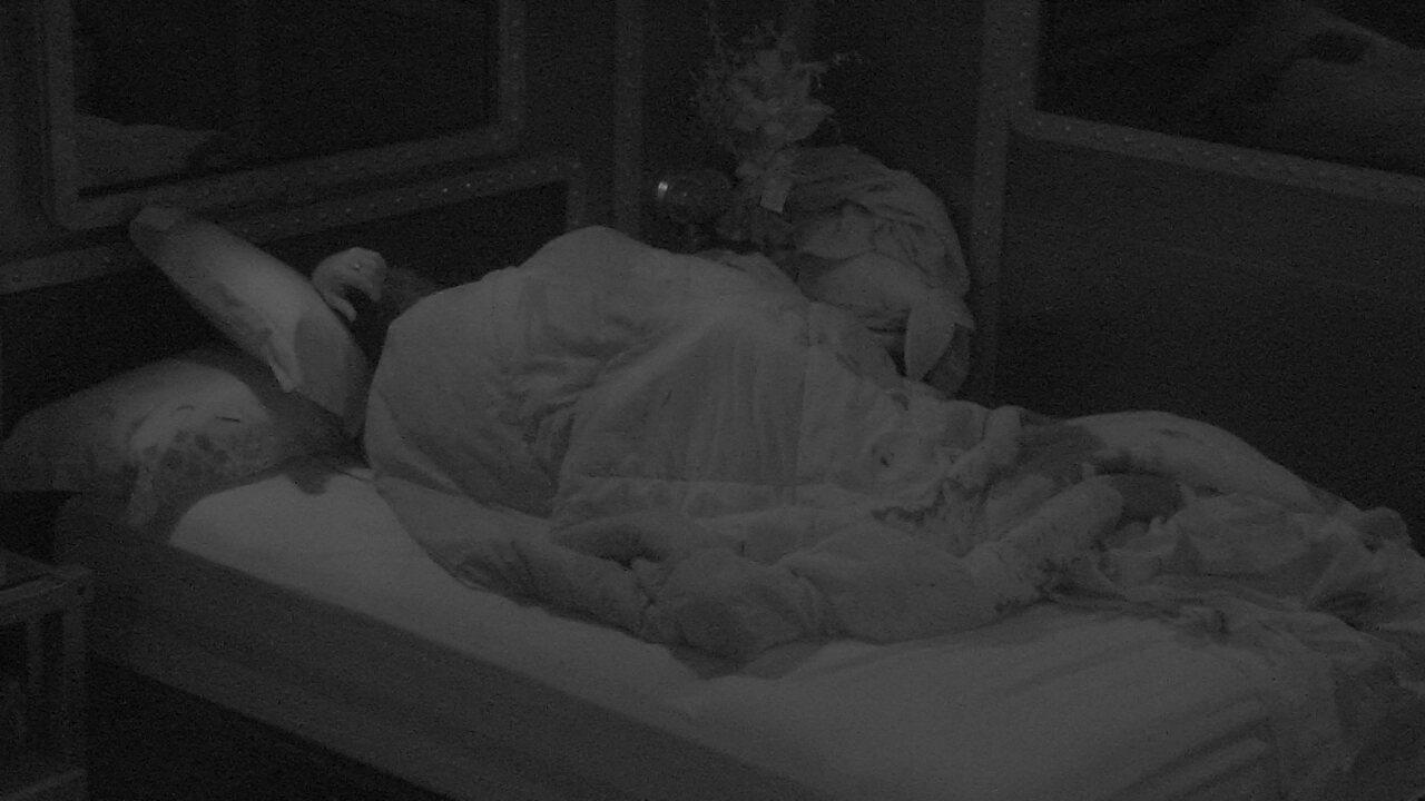 Breno e Paula trocam beijos embaixo das cobertas